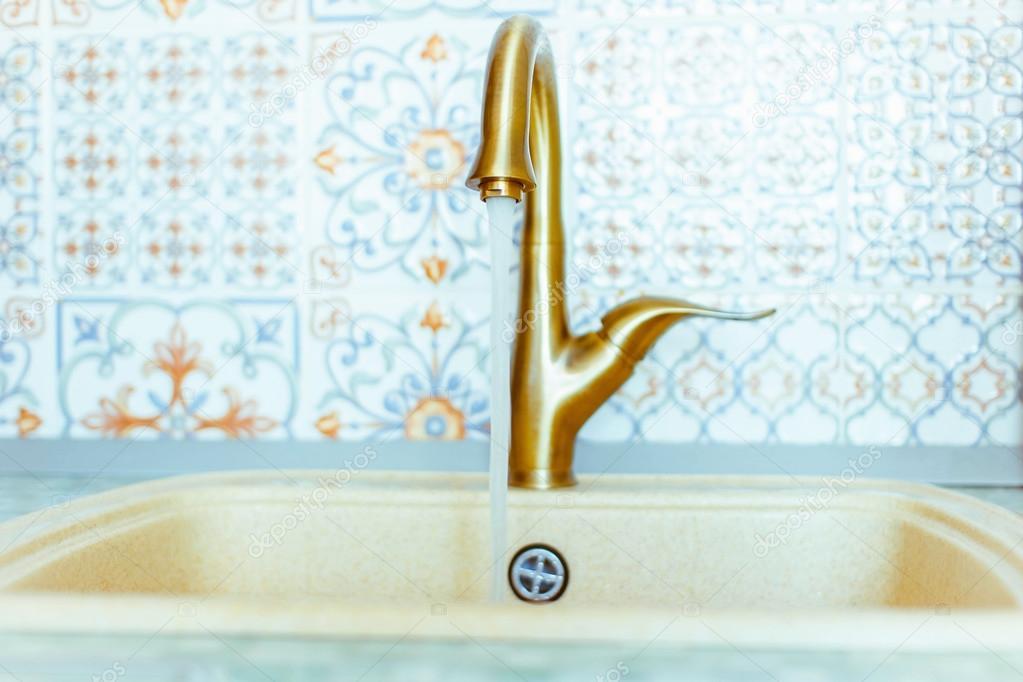Złoty Kran Z Umywalką Zdjęcie Stockowe Venerala 113466142
