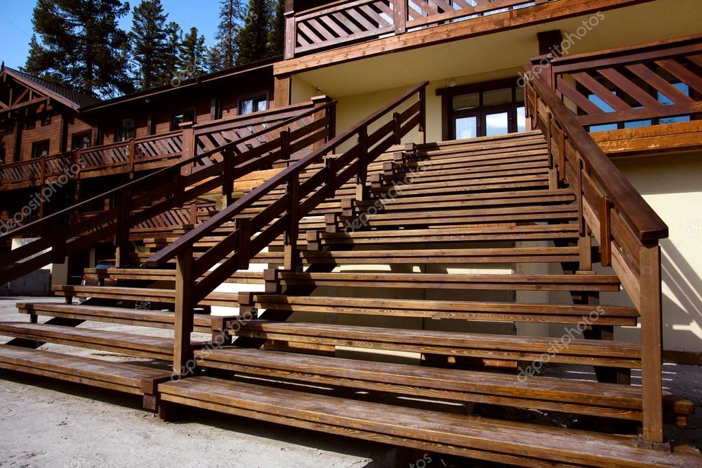 Gut bekannt Holztreppe auf die Straße. Terrasse. Eingang Haus. — Stockfoto II43
