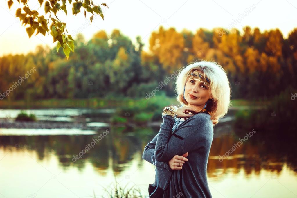 Взрослая женщина в реке