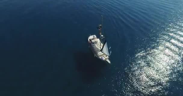 Vitorlás hajó útra kel a nyílt tenger