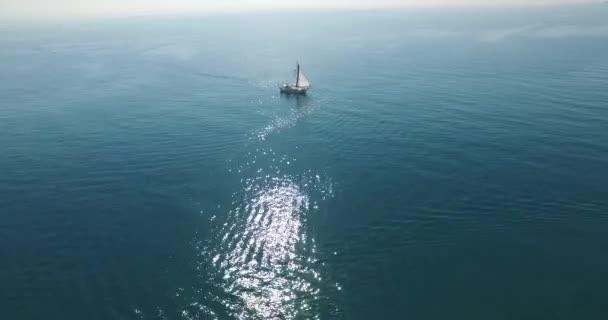 Létání nad plachetnici v otevřeném moři