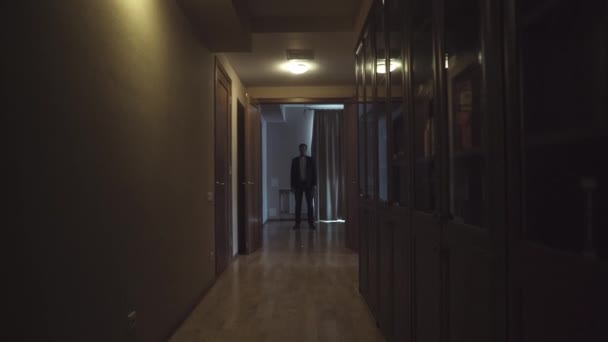 Hombre en un traje en un cuarto oscuro — Vídeo de stock ...