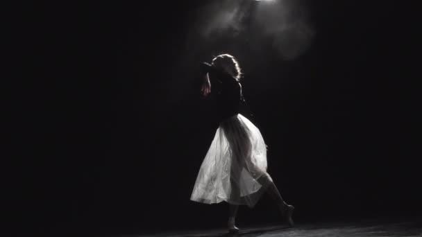 anmutige schlanke Ballerina beim Tanz