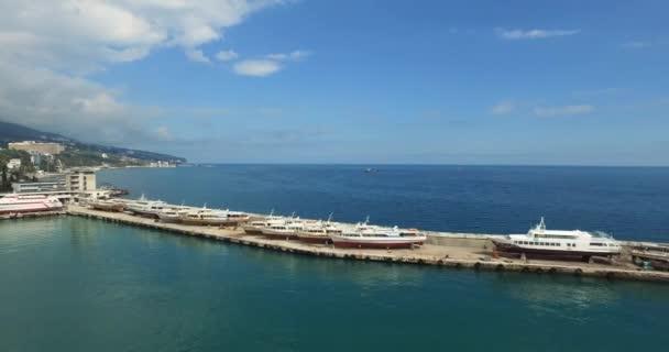 Lodě a jachty malé zakotvila v přístavu