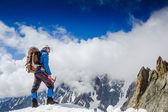 Fotografie Horolezec dosáhne vrcholu hory