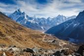 Nádherný pohled na horu Ama Dablam a Khumbu údolí s krásnou oblohu na cestě do základního tábora Mount Everest, národní park Sagarmatha, oblast Everestu, Nepál