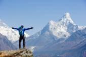Turista si užívat pohledu na Everest trek v Himalájích, Ama Dablam mountain view, Nepál