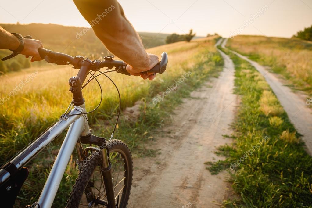 Ехать на велосипеде — предвещает жизненный подъем, требующий личных усилий и осторожности.