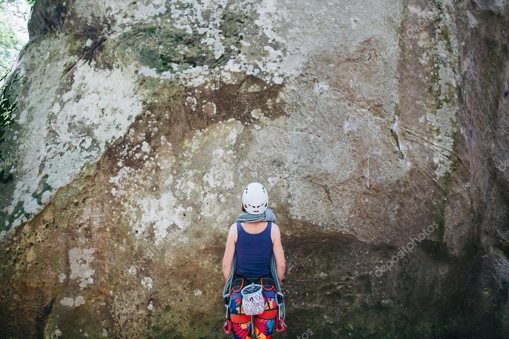 Kletterausrüstung Was Braucht Man : Junge frau trägt in kletterausrüstung mit seil steht man vor einem