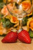 Goldene Eheringe auf Erdbeeren