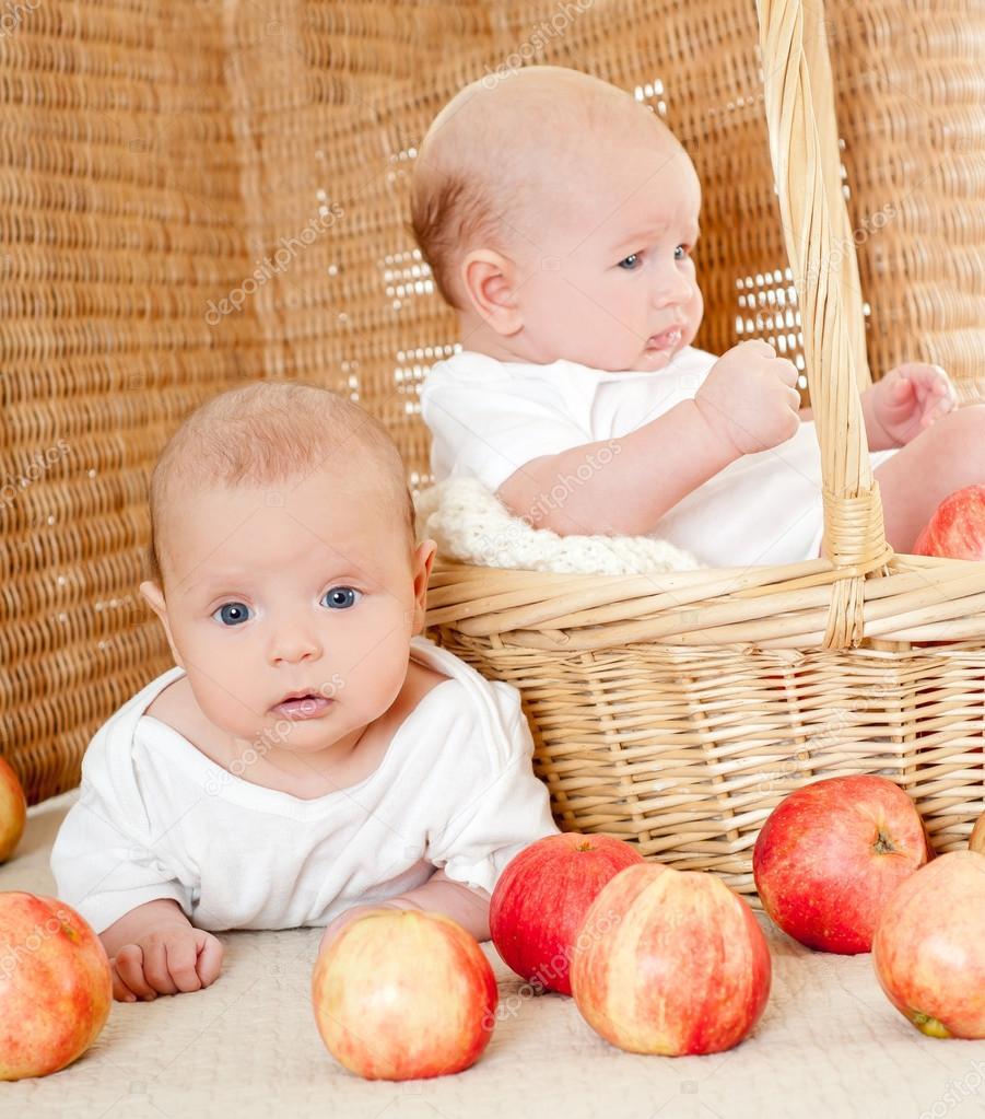 Красивые детей с яблоками 83