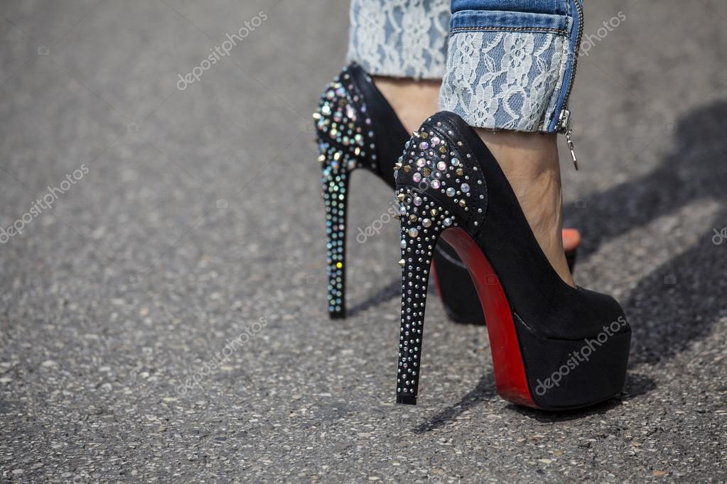 Piedi della donna con tacchi alti scarpe con suola rossa for Piani di studio 300 piedi quadrati