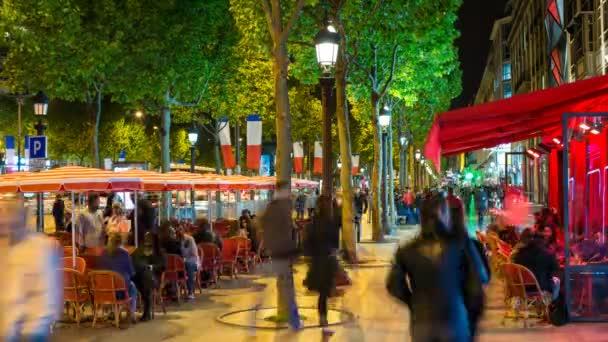 Lidé sedí v kavárně na Champs Elyseesavenue