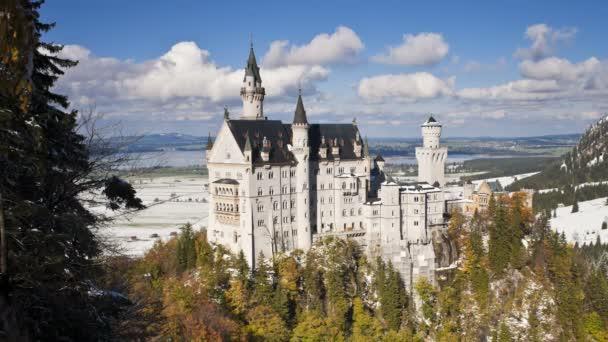 Castello di Neuschwanstein nel paesaggio della montagna