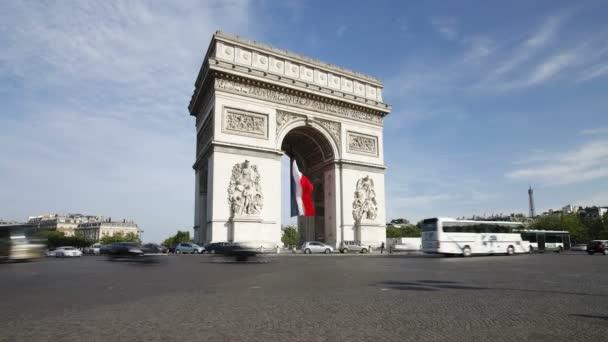 Verkehr am Arc de Triomphe in Paris