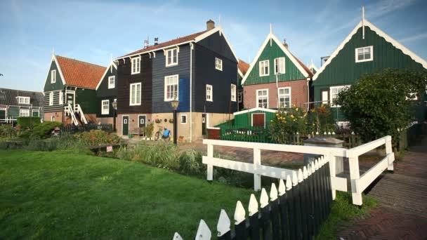 Tradiční domy v obci Marken