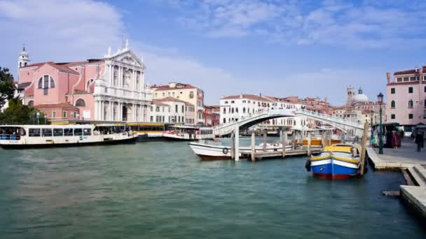 Canal Grande směrem k mostu Rialto v Benátkách