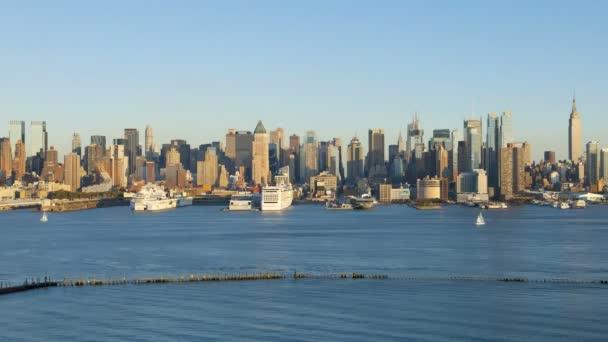 Midtown Manhattan attraverso il fiume di Hudson