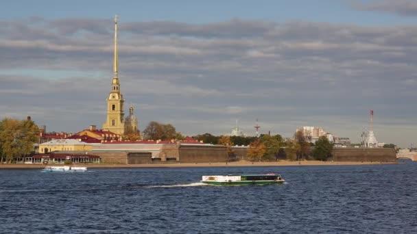 Petropavlovská pevnost na břehu řeky Něvy