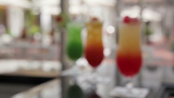 Singapore Schleudercocktails an der langen Bar