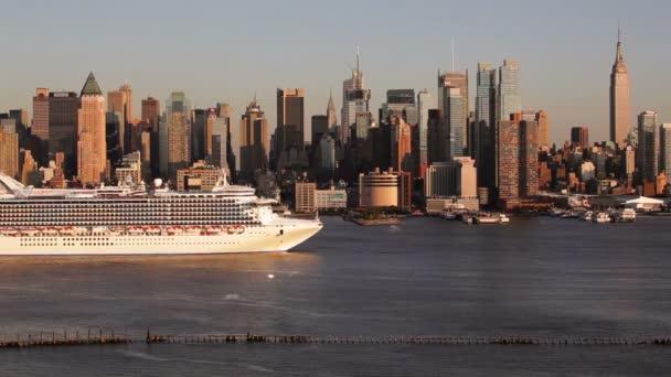 Manhattanu přes řeku Hudson