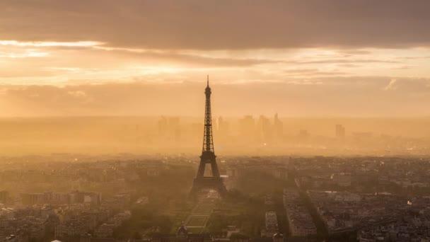 Eiffelova věž a městské panorama Paříže