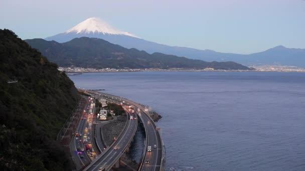 Mt. Fuji und Verkehr fahren auf dem Tomei Expressway