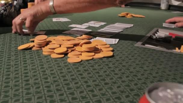 un rivenditore preleva le carte