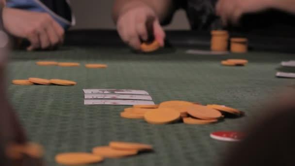 hráčům uzavírat sázky ve hře