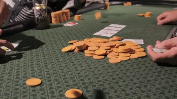 čipy narůstaly u pokerového stolu