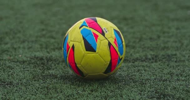 játékos rugdossa futball-labda