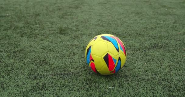 Spieler kickt Fußball