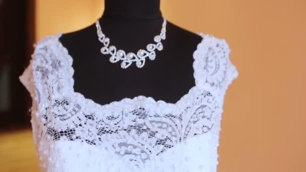 svatební šaty na manekýnka
