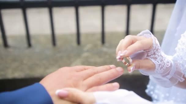 lo sposo porta al dito di spose un anello
