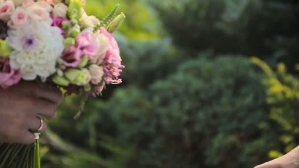 ženich dává nevěsta krásná svatební kytice