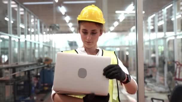 Porträt der manuellen Arbeiterin ist mit Computer-Notebook-Laptop und trägt Anzug grün reflektierende Schutzkleidung und Helm in High-Tech-saubere Fabrik. Konzept der intelligenten Industriearbeiter Betrieb.