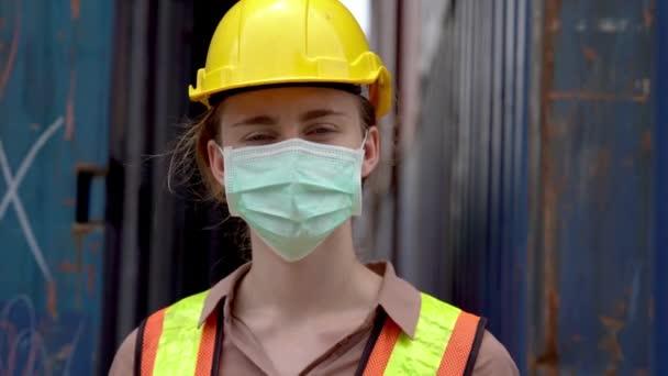 Arbeiterin in Maske Gesicht und mit Messungen Temperatur mit einem berührungslosen Infrarot-Thermometer. Und Hand zeigen, um für den Eintritt in die Fabrik zu stornieren. Konzept der Sicherheitsbranche Arbeiter in Betrieb.
