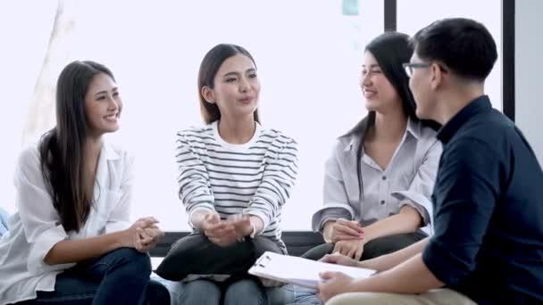 junge asiatische Damen und Arzt haben Fokusgruppeninterviewtreffen. Konzeptberatung zur psychischen Gesundheit von Frauen. Geist zählt Psychologie  Beratung.