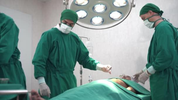 Professionelle Chirurgen und Assistenten bereiten sich im Operationssaal des Krankenhauses auf die Operation eines menschlichen Brustkörpers vor. Konzeptarzt und Krankenschwester arbeiten auf riskanter Intensivstation.