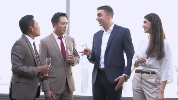 Gruppe erfolgreicher Führungskräfte, die trinken und miteinander reden, um zu feiern. Diverse Geschäftsleute feiern gemeinsam im Wolkenkratzer.