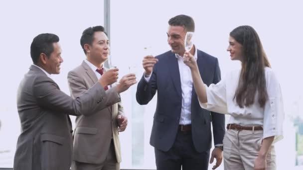 skupina úspěšných manažerů obchodní tým pití a mluvení na oslavu. Různí podnikatelé mají párty společně na venkovním mrakodrapu.