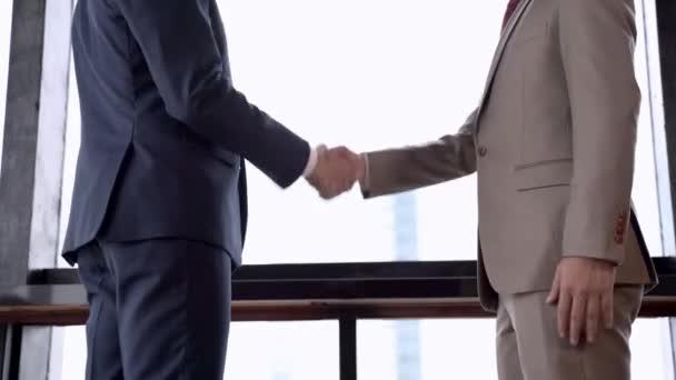 výkonní podnikatelé potřásají rukou.
