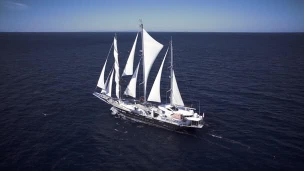 Vitorlás hajó, vitorlázás az óceán szélcsendes időben