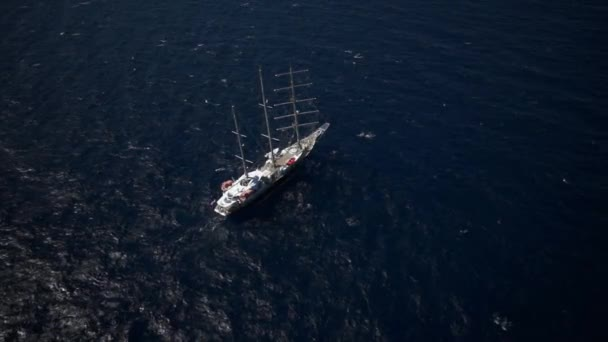 Plachetnice v klidné počasí, plachtění na moři