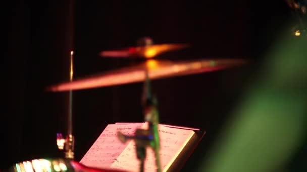 dobok, jazz zene, dob, cintányér a rózsaszín háttér, a jegyzetek és a dob cintányér nagy és kicsi, blues, sötét háttér előtt,
