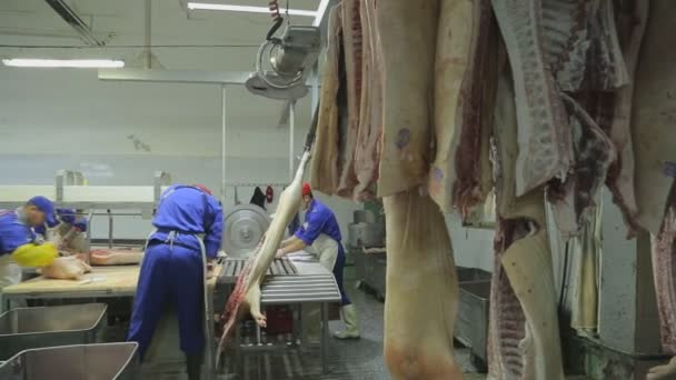 Cutting pork on line is carried out by professional butchers.