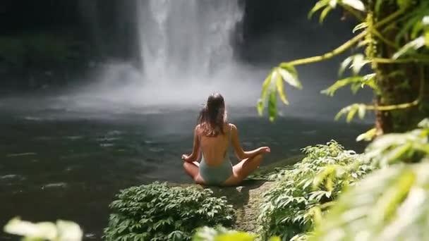 dívka, meditoval před vodopád