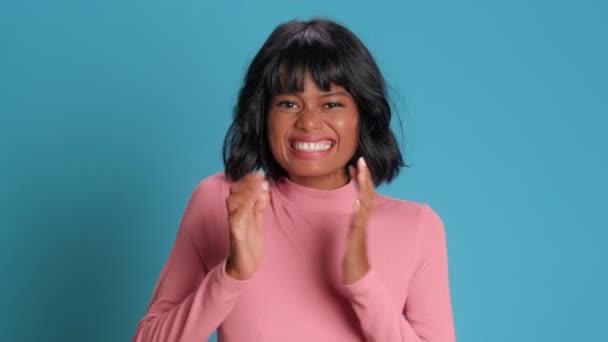 Junge Frau freut sich über Erfolg lächelt glücklich drückt positive Emotionen aus
