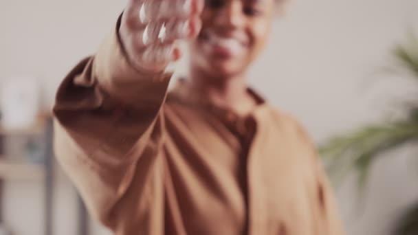 Afričanky natáhnout ruku pro potřesení rukou přivítání představit někomu