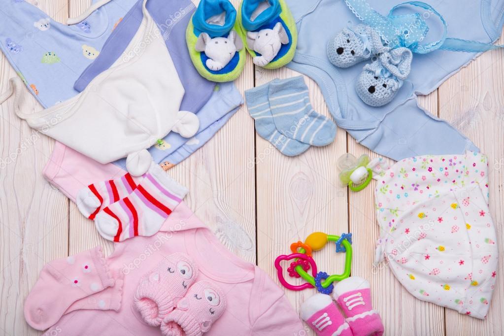 1af3437073bb nyfödd babykläder på trä bakgrund — Stockfotografi © ulza@inbox.ru ...